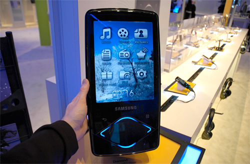 Samsung YP-Q1 Media Player (Image property of OhGizmo!)