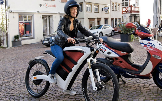 Feddz-electric-cargo-scooter-Has-Storage-Space-Instead-of-a-Gas-1